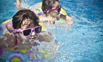 Vos enfants découvrent le bonheur de la piscine grâce à une piscine sécurisée